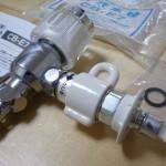 CB-E7取り付け:給水ホースを挿す側に万が一ホースが外れた際に水をストップするための弁がついています。