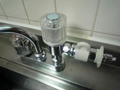 CB-E7取り付け:お湯(赤)のハンドルと比較して約10cm程高くなりますが、まったく問題なしです。むしろ掃除しやすくなったので助かっています。笑