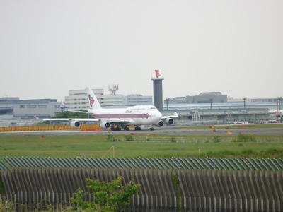飛行機が見える公園・成田空港そばの「成田市・さくらの山公園」の巻:滑走路を動く飛行機も間近です。