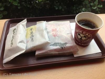 日替りおかきセットBを選びました。おかきが3種ついてきます。 これに飲み放題で200円。 安い!
