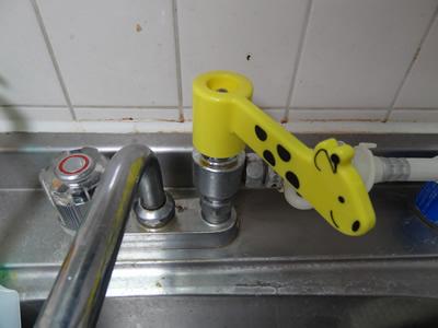 100円ショップアイテムで実現する、蛇口を回すハンドルからレバーに変える方法:キリンのレバーを取り付けます。水を出した時のことを考えた角度にします。