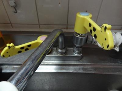 100円ショップアイテムで実現する、蛇口を回すハンドルからレバーに変える方法:温水側にも設置完了!