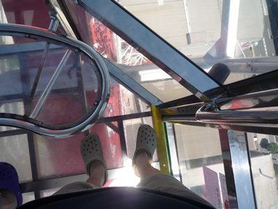 お台場の透明(シースルー)な観覧車に乗った:もちろん足元もしっかりと透明で怖いです。