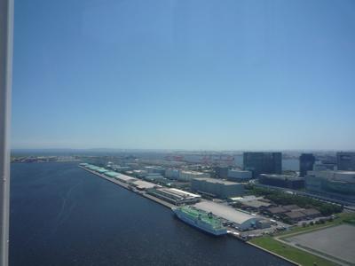 お台場の透明(シースルー)な観覧車に乗ったの巻:羽田空港もしっかりと見えます。着陸する飛行機も観覧車と同じ高さを飛んでいきます。