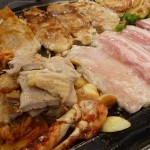 李さんの台所でサムギョプサル(サムギョッサル)・韓国料理食べ放題の巻:焼いていると油が出ますが、その下流にキムチやニンニクを置いておくと美味しく仕上がりますよ。