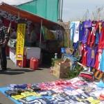 埼玉スタジアムでレッズ戦を観に行った:駅からスタジアムの間にはユニフォームの売店や出店があります。