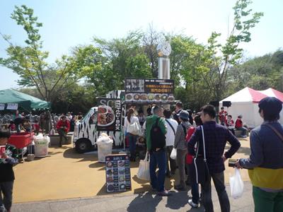 埼玉スタジアムでレッズ戦を観に行った:ゲート横には色々なお店が出ています。カレーは大人気