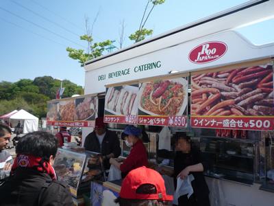 埼玉スタジアムでレッズ戦を観に行った:ゲート横には色々なお店が出ています。ビールに合うおつまみを売っているお店も多いです。