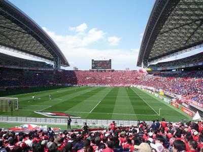 埼玉スタジアムでレッズ戦を観に行った:チケットのモギリを通りスタジアム内に入ると一気にテンションが上がります!レッズサポーターの応援が響き渡ります。