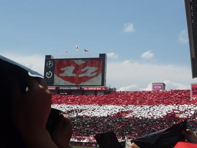 埼玉スタジアムでレッズ戦を観に行った:今日は今シーズン初の埼玉スタジアムでの試合。レッズトリコロールでスタンドを飾ります。私は黒のビニールをかかげました。