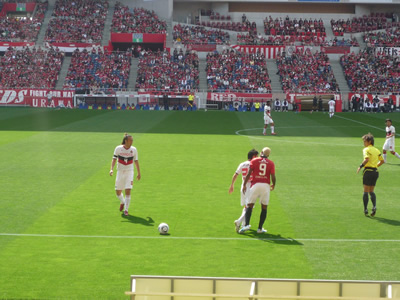 埼玉スタジアムでレッズ戦を観に行った:さて、試合スタート。この日はとにかく闘莉王へのブーイングがすごかった。