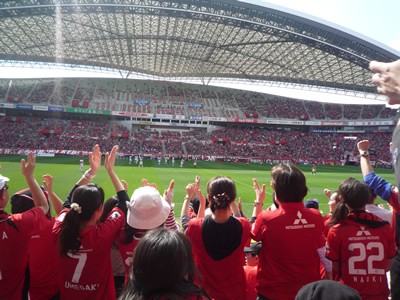 埼玉スタジアムでレッズ戦を観に行った:レッズのゴール!!!場内総立ちです。この日は幸運なことに3点決まりました。