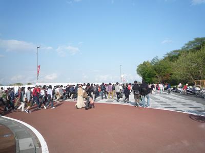 埼玉スタジアムでレッズ戦を観に行った:試合終了後は続々とお客さんがスタジアムから駅に向います。電車のラッシュをずらすためにもイオンなどで時間つぶしをしてもいいかもしれませんね。