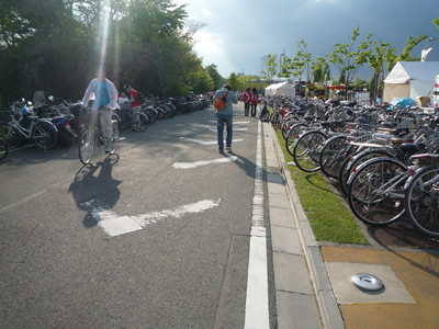 埼玉スタジアム(レッズ戦)に自転車で行く:駅側ゲートに沿って自転車を並べられます。