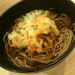 品川駅の立ち食いそば・かき揚げ蕎麦「吉利庵」は美味の巻:かき揚げそば!夜遅くにいっても揚げたてのサクサクを食べられました。