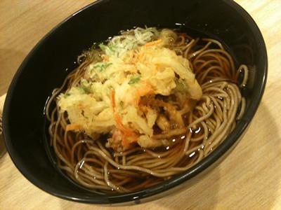 品川駅の立ち食いそば・かき揚げ蕎麦「吉利庵」は美味:かき揚げそば!夜遅くにいっても揚げたてのサクサクを食べられました。