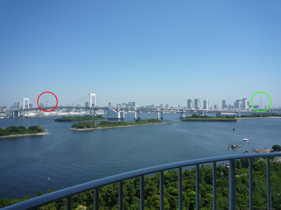 東京タワーと東京スカイツリーが同時に見られる場所・お台場:左の赤丸に東京タワー、右の緑丸に東京スカイツリーが見えます。写真だとだいぶ引き気味ですが肉眼だとくっきりときれいに見えますよ。